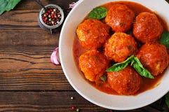 Klopsiki w pomidorowym kumberlandzie i grzance z basilu pesto dinner zdjęcia royalty free