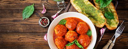 Klopsiki w pomidorowym kumberlandzie i grzance z basilu pesto dinner ta obraz royalty free