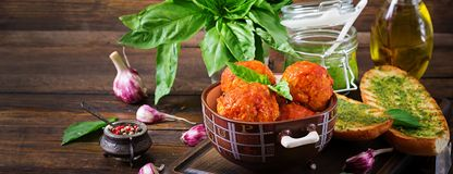 Klopsiki w pomidorowym kumberlandzie i grzance z basilu pesto dinner ta zdjęcia royalty free