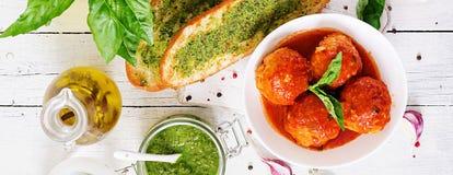 Klopsiki w pomidorowym kumberlandzie i grzance z basilu pesto dinner ta zdjęcie royalty free