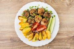 Klopsiki z piec grulami, pomidorami, ogórkami i zielonym oni, Fotografia Stock
