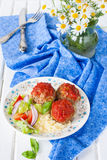 Klopsiki z pomidorowym kumberlandem, warzywami i bocznym naczyniem couscous, Obraz Royalty Free