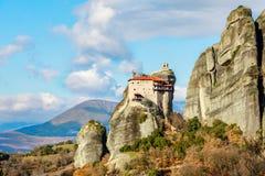 Kloster av Agios Nikolaos Anapafsas byggde på det brant vaggar av meteor, Kalampaka, Trikala, Thessaly arkivbilder