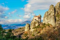 Kloster av Agios Nikolaos Anapafsas byggde på det brant vaggar av meteor, Kalampaka, Trikala, Thessaly royaltyfri foto