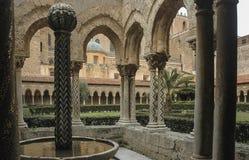 Kloster av domkyrkan av Monreale i Sicilien fotografering för bildbyråer