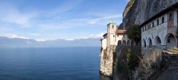 Kloster av Santa Caterina del Sasso Arkivfoto