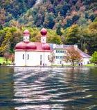 Kloster av St Bartholomew på sjön Königssee Arkivbild