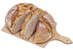 Kloster-Brot geschnitten auf dem hölzernen Schneidebrett lokalisiert lizenzfreies stockfoto