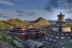 Kloster in der tibetanischen Landschaft lizenzfreies stockbild
