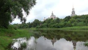 Kloster för Borisoglebsky man` s, molnig sommardag Torzhok Tver region, Ryssland lager videofilmer