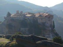 Kloster gehockt auf Klippe, Meteora, Griechenland lizenzfreie stockfotografie