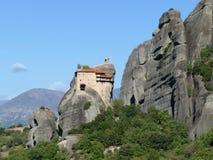 Kloster hockte hoch oben auf den Felsen in Meteora, Griechenland lizenzfreie stockbilder