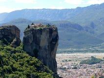 Kloster hockte hoch oben auf den Felsen in Meteora, Griechenland, das von der Seite gesehen wurde stockbild