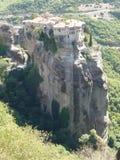 Kloster hockte hoch oben auf den Felsen in Meteora, Griechenland, das von oben gesehen wurde lizenzfreie stockfotos