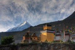 Kloster i de Himalayan bergen Arkivbilder