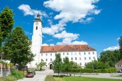 Kloster i den Dietramszell staden, Bayern, Tyskland royaltyfria foton
