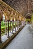 Kloster i Mont Saint Michel Cathedral, Normandie, Frankrike Royaltyfria Bilder