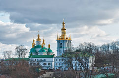 Kloster in Kiew unter Fluss Dnieper Stockfotografie