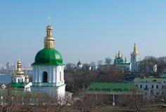 Kloster in Kiew unter Fluss Dnieper Stockbilder