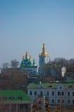 Kloster in Kiew unter Fluss Dnieper Stockbild