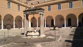 Kloster med springbrunnen och väl royaltyfria bilder