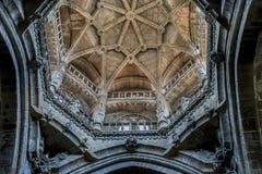 Kloster medeltida arkitektoniska bågar inom domkyrkan av royaltyfria bilder