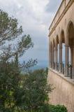 Kloster mit Wölbungen und Säulen. Stockbild