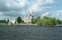 Kloster Nilov. Ansicht vom See Lizenzfreie Stockbilder
