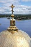 Kloster Nilov Sikt av kupolen av domkyrkan och sjön Seliger russ Royaltyfri Bild
