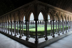Kloster och trädgård av abbotskloster av Mont st michel Royaltyfria Bilder