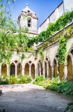Kloster på den San Francesco d'Assisikyrkan i Sorrento, Italien Arkivbild