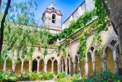 Kloster på den San Francesco d'Assisikyrkan i Sorrento, Italien Royaltyfri Foto