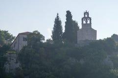 Kloster på kullen nära Petrovacen i Montenegro Royaltyfri Fotografi