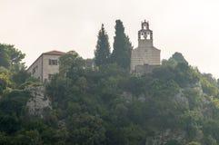 Kloster på kullen nära Petrovacen, Montenegro Arkivfoton