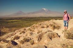 Kloster Reisendmannbesuch Khor Virap Berg Ararat auf Hintergrund Erforschungsarmenien Armenisches Abenteuer Tourismus und Reise lizenzfreie stockfotografie