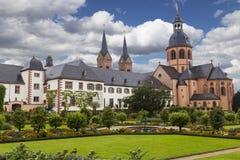 Kloster Seligenstadt: Benedictineabbotskloster och trädgård Arkivfoton