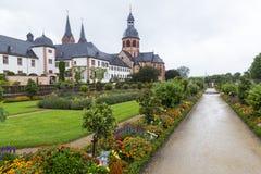 Kloster Seligenstadt: Benedictineabbotskloster och trädgård Royaltyfri Fotografi