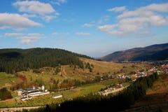 Kloster und Berge lizenzfreie stockfotografie