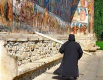 Kloster und eine Nonne Lizenzfreies Stockfoto