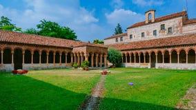 Kloster und Garten von San Zeno Maggiore Basilica, eine romanische Kirche des Marksteins in Verona, Italien stockfotos
