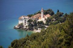 Kloster und Kirche nahe dem Meer Stockbild