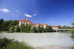 Kloster und Lech River in Fussen im Bayern, Deutschland Lizenzfreie Stockbilder