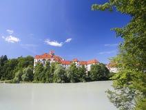 Kloster und Lech River in Fussen im Bayern, Deutschland Stockfotos