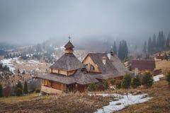 Kloster und Nebel in den Bergen Lizenzfreie Stockfotos