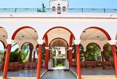 Kloster von Panagia Kalyviani wölbte Hof am 25. Juli auf der Kreta-Insel in Griechenland Das Kloster O Stockfotos