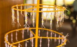 Klosterbroder prydde med pärlor girlander, buddism Royaltyfri Fotografi