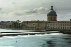 Klosterhärbärge de la Grav och Garonne flod, Toulouse, Frankrike Royaltyfria Bilder