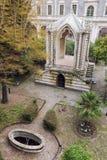 Klosterklostergarten und historisches Gebäude Stockbilder