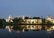 klostermoscow natt novodevichy russia Arkivbild