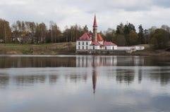 Klosterpalast auf dem Ufer des Sees in Gatchina, St Petersburg Russland Lizenzfreie Stockfotografie